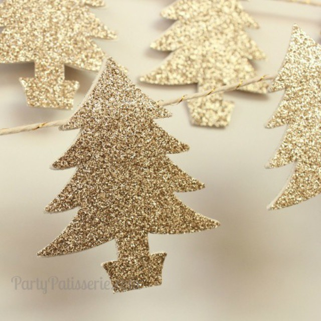 Christmas may be over, but this sparkly tree garland is still a perfect New Year's decoration. Learn how to make it on the blog! www.PartyPatisserie.com
