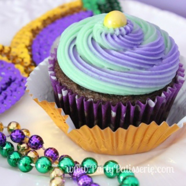 Happy Mardis Gras! We're filling up on sweets today--these yummy and festive cupcakes in particular! Get the recipe at www.PartyPatisserie.com #MardiGras #FatTuesday #cupcakes